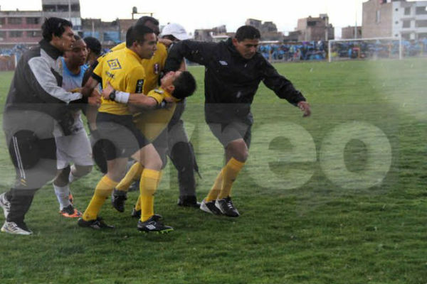 Молния ударила в футболиста во время матча