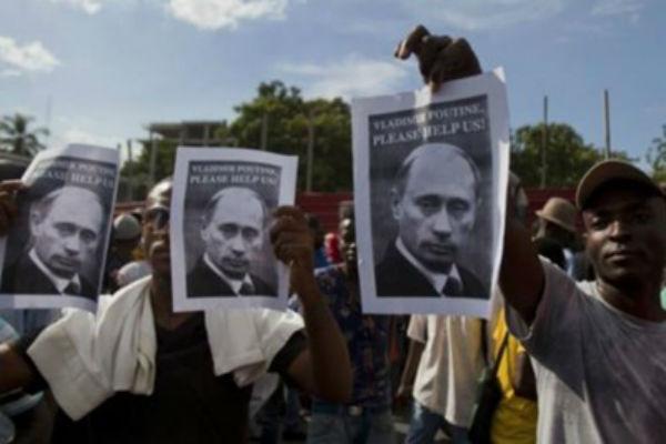 Гаитяне вышли на протест с портретами Путина