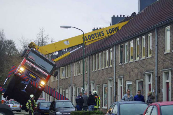 Голландец сломал крышу дома, делая предложение девушке
