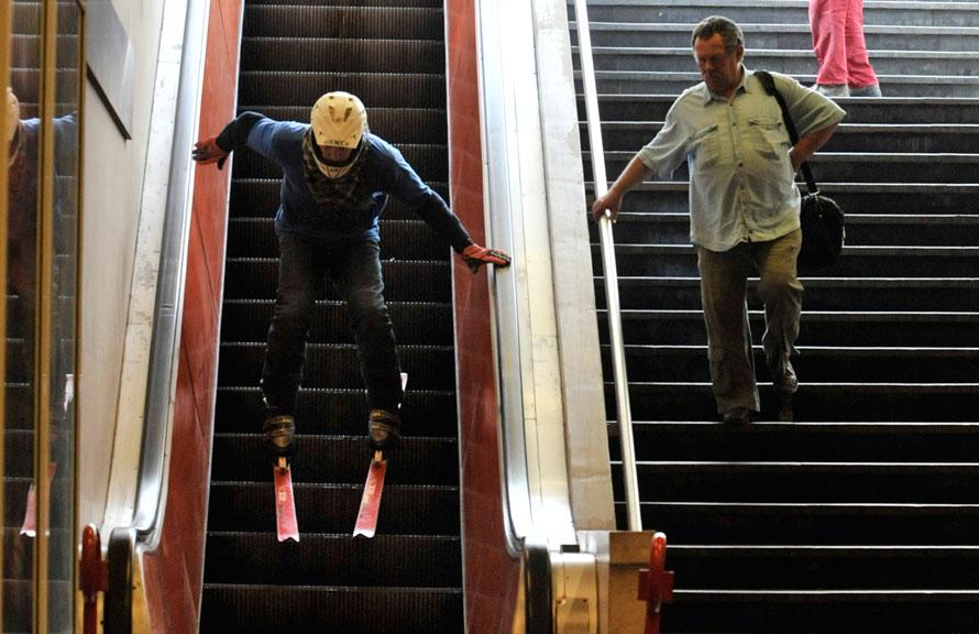 В столичном метро запретили провозить коньки и лыжи