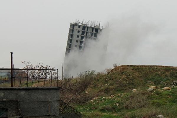 Севастопольская «Пизанская башня» рухнула после третьего взрыва