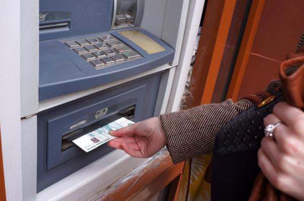 Регионы лихорадит: люди снимают и тратят рубли, покупают валюту