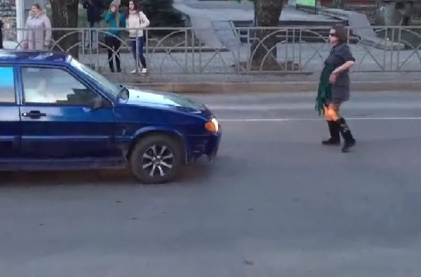 Женщина под наркотиками «регулировала» движение на дороге
