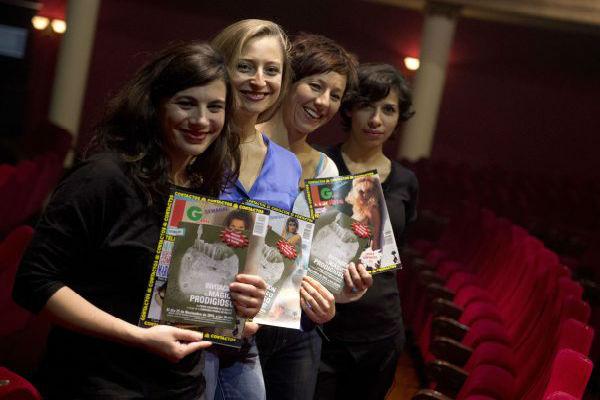 Испанский театр продает порножурналы, билеты на спектакли – бесплатно