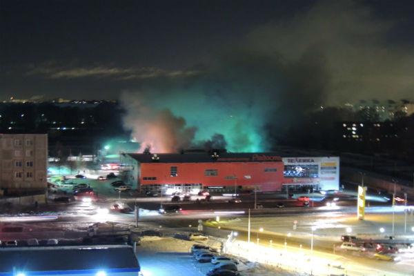 В Твери горит торговый центр