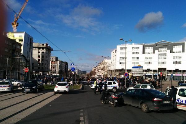 Неизвестный захватил заложников на почте во Франции