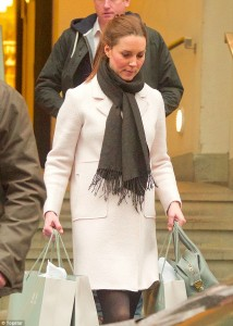 Shopping_The_Duchess_wearing_a_cream_coat_was_seen_carrying_her_-a-25_1421534844883