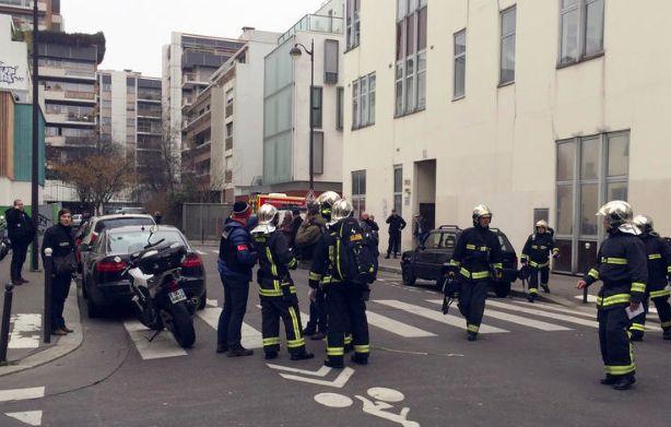 В Париже налетчики на офис сатирического журнала застрелили 11 человек