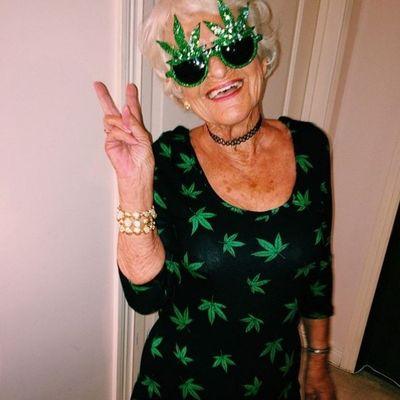 Бабка курит марихуану растения похожие на коноплю