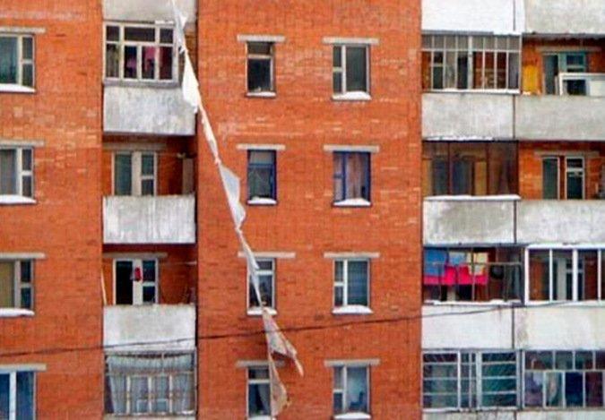 Женщина разбилась, пытаясь спуститься с 9 этажа по простыням