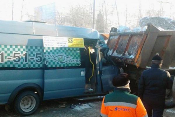Водитель маршрутки с пассажирами превысил скорость и влетел в КамАЗ