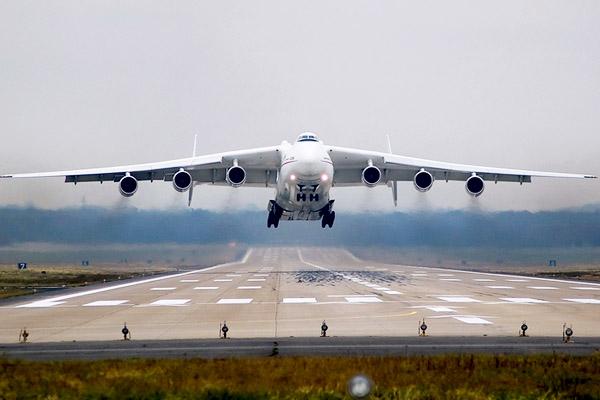Самолет выкатился за взлетно-посадочную полосу в Казани