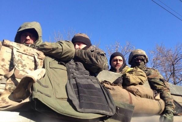 Под Дебальцево украинские силовики сотнями сдают оружие