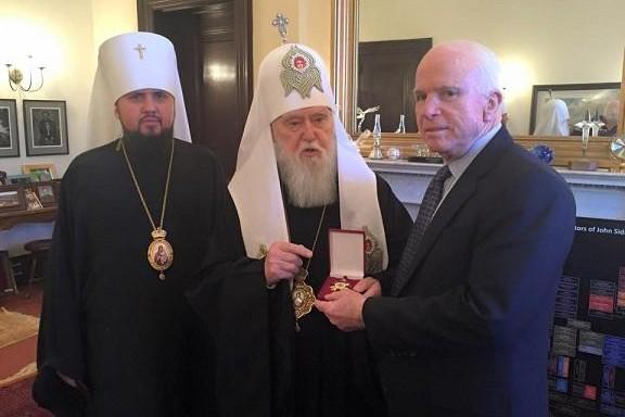 Патриарх Киевский Филарет вручил Маккейну орден Святого князя Владимира