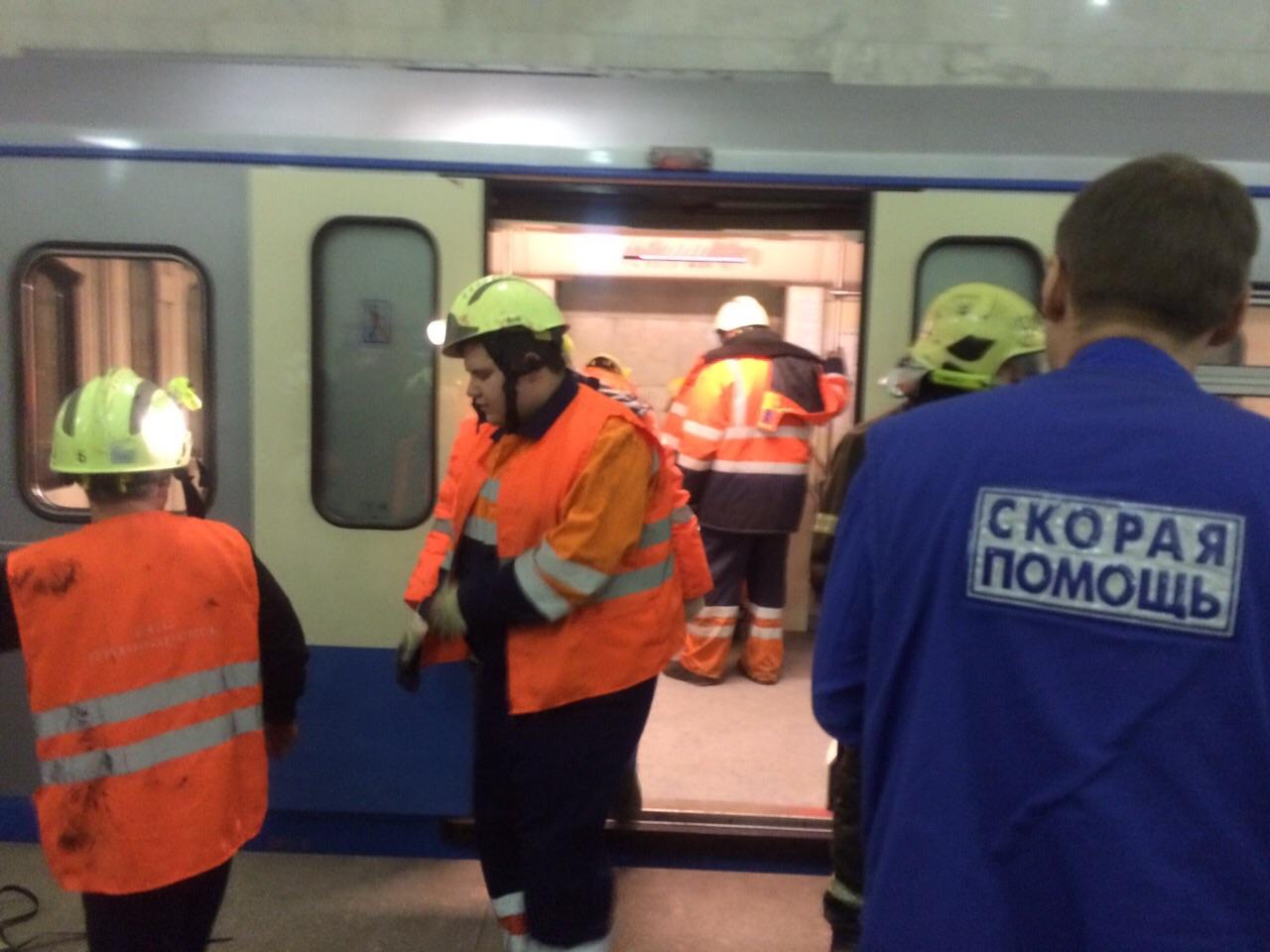 В московском метро упал человек на рельсы