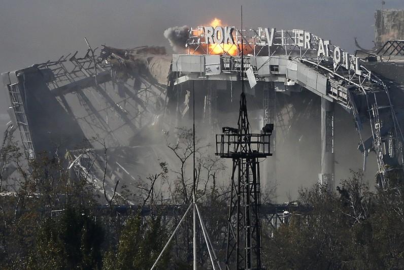 Украинские силовики стреляют по аэропорту Донецка