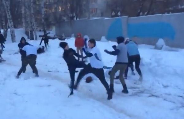 Толпа подростков устроила жестокую драку в самарском парке