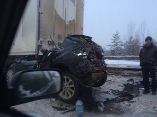 Две фуры раздавили легковой автомобиль на трассе «Кола»