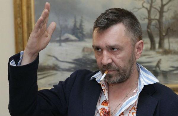 Сергей Шнуров примерил юбку и гольфы