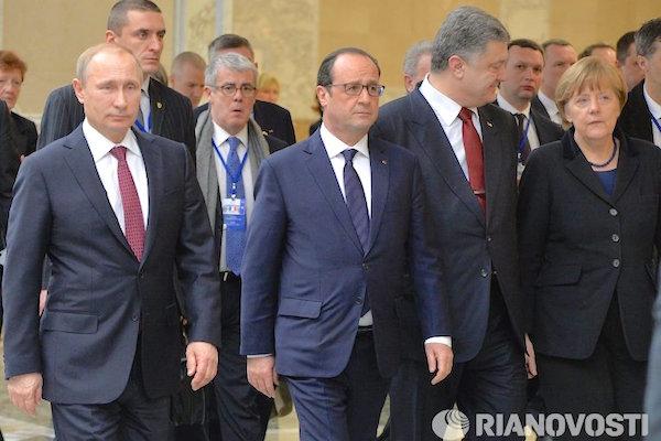 Guardian проанализировала язык жестов на встрече в Минске и образ Путина