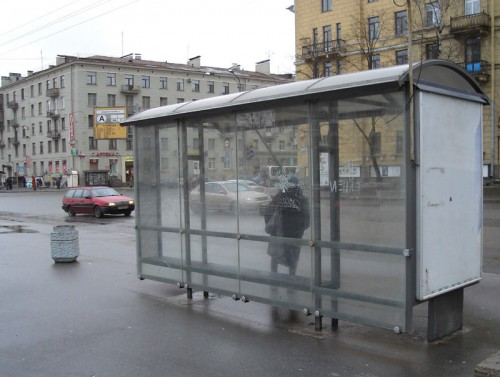 В Москве автомобиль врезался в автобусную остановку, погиб человек