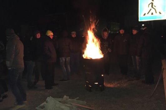 Родственники солдат, находящихся под Дебальцево, перекрыли трассу Киев - Чоп
