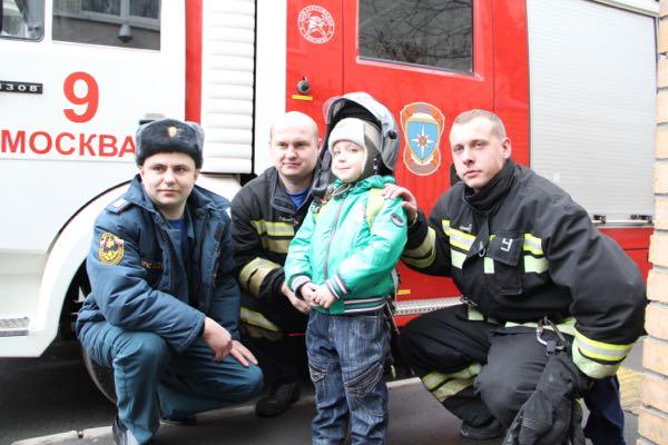 Пожарные спасли семью с собакой в страшном пожаре в Москве