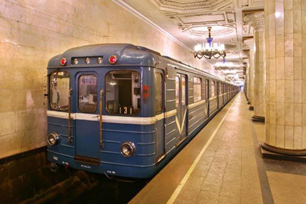 Поезда в московском метро остановили из-за суицида 19-летней девушки