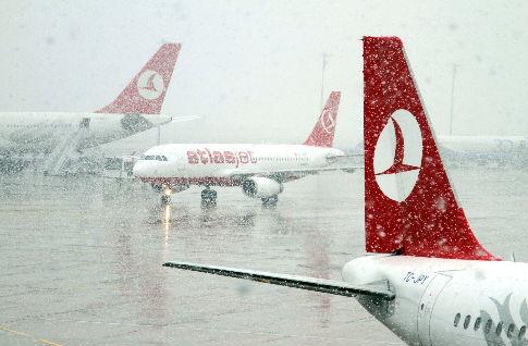 Аэропорт Ататюрка отменил более 800 авиарейсов