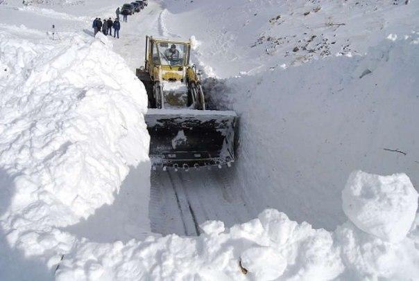 На Сахалине 30 машин с рыбаками оказались в снежном плену