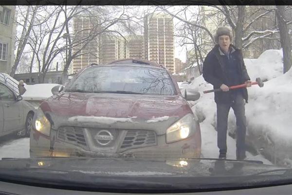 Кувалда помогла новосибирцу доказать первенство на дороге