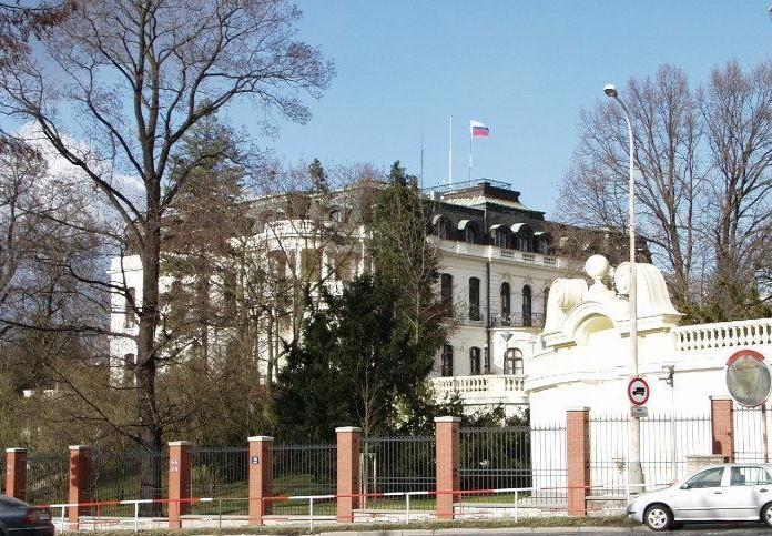 Чехия заподозрила троих российских дипломатов в шпионаже