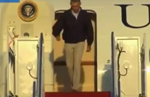 Барак Обама чуть не рухнул с трапа самолета