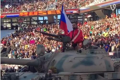 Болгарский рестлер прибыл на турнир в США под российский гимн и на танке