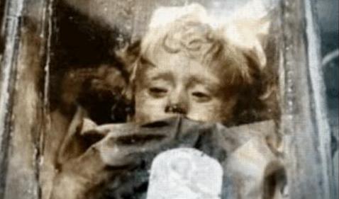 Мумия маленькой девочки пугает туристов, открывая глаза