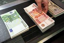 Рубль уступает доллару и отыгрывается на евро