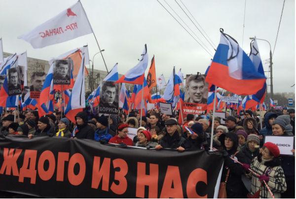 Около 100 тысяч человек пришли на место гибели Немцова