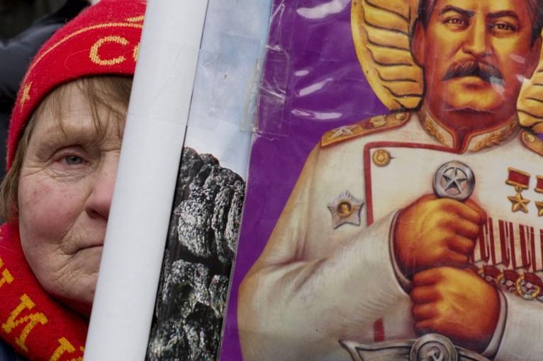 Коммунисты установят Сталину 15 памятников, а британцы снимут комедию про его смерть