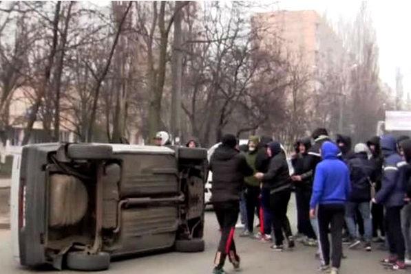 В Одессе жители перевернули машину националистов