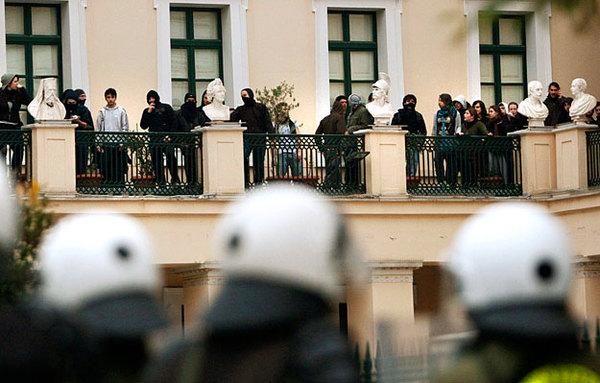 Анархисты захватили офис партии СИРИЗА в Афинах