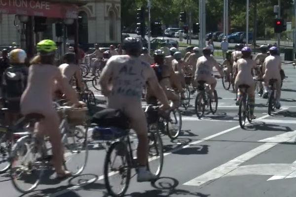 Австралийские велосипедисты катались по улицам голыми