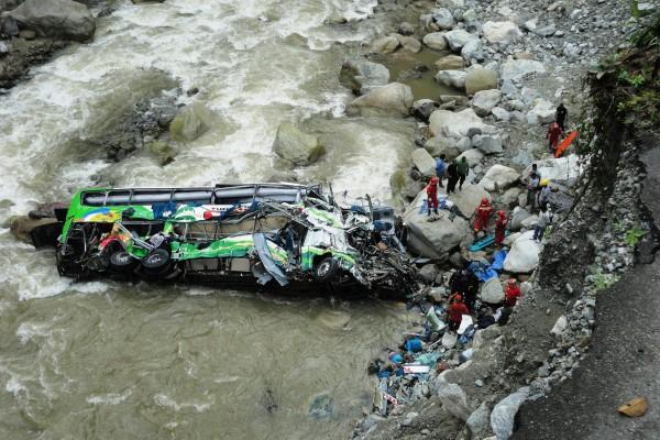В Боливии автобус рухнул в пропасть, погибли 12 человек