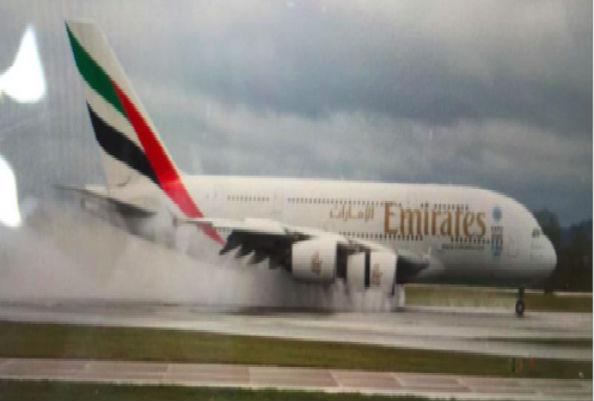 Аэробус А380 авиакомпании Emirates экстренно сел в Манчестере