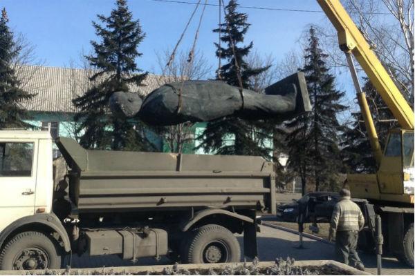 Националисты поиздевались и снесли памятник Ленину в Донбассе