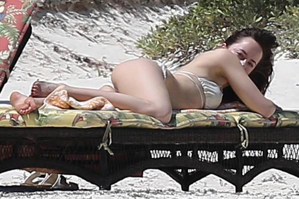 Звезда фильма «50 оттенков серого» удивила на пляже
