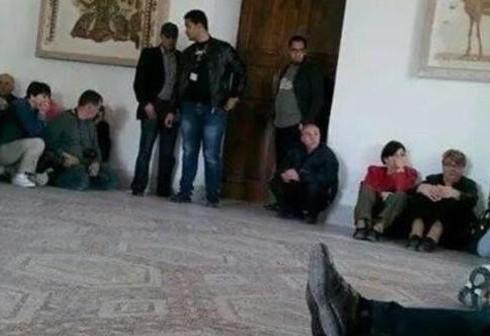 В Тунисе боевики взяли в заложники туристов