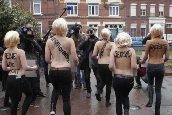 Активистки Femen обнажились и спели в честь «подруги Путина»