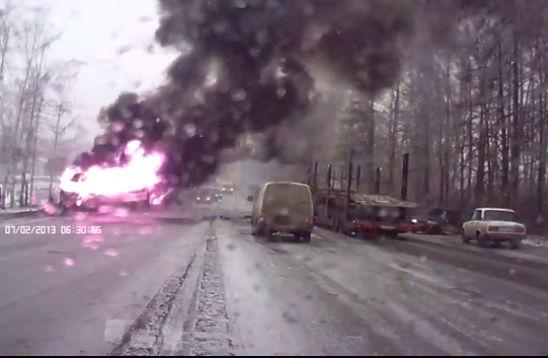 Горящая маршрутка с пассажирами в Чувашии попала на видео
