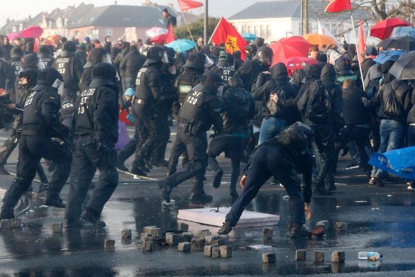 Глава МВД Германии призвал не равнять Майдан и беспорядки во Франкфурте
