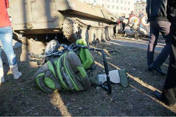 Украинские солдаты на БМП задавили женщину с двумя детьми